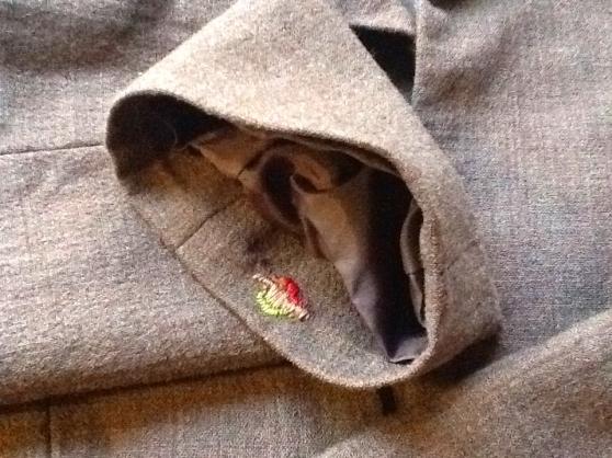 衣服の虫食い跡は刺繍でなおす