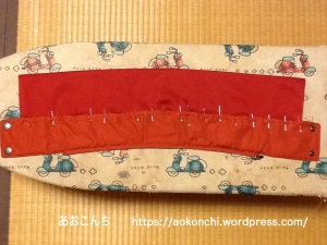フードの切った襟元に、替え衿を縫い付ける